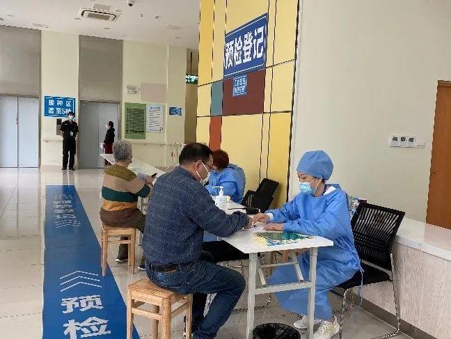 上海徐汇区徐家汇大厦疫苗接种点吸引行人驻足停留
