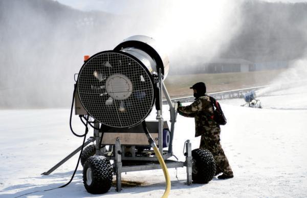 工人在调试造雪设备。