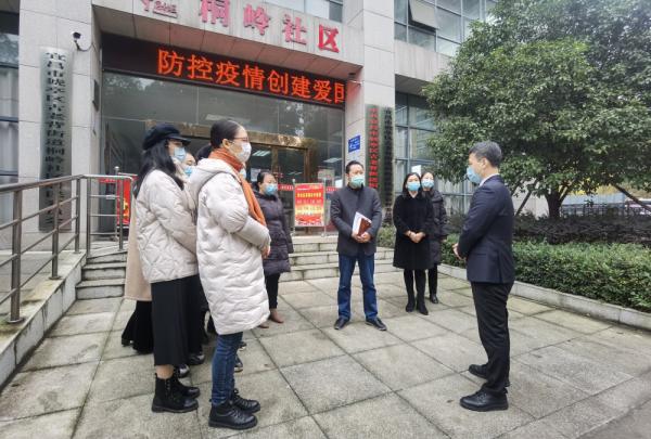 市委宣讲团成员来到猇亭区古老背街道桐岭社区,与社区工作人员深入交流。