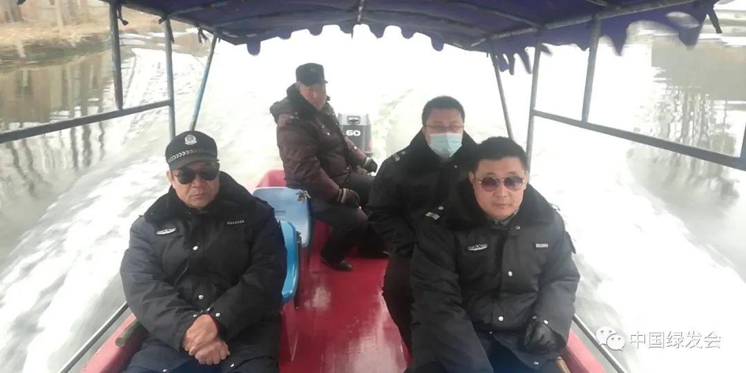 渔政执法人员淀区巡护。