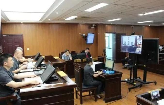 图为法院通过支云庭审系统审理本案。
