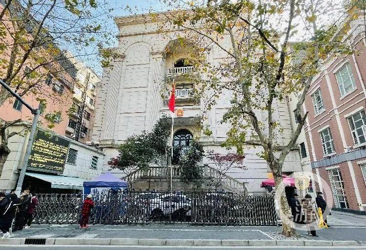 """12月17日,备受关注的""""上海咬耳案""""在上海黄浦区人民法院开庭审理。/记者 时婷婷"""