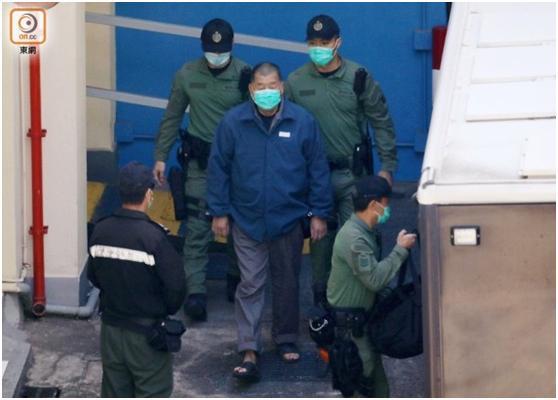 18日,黎智英身穿囚服被转往赤柱监狱继续羁押