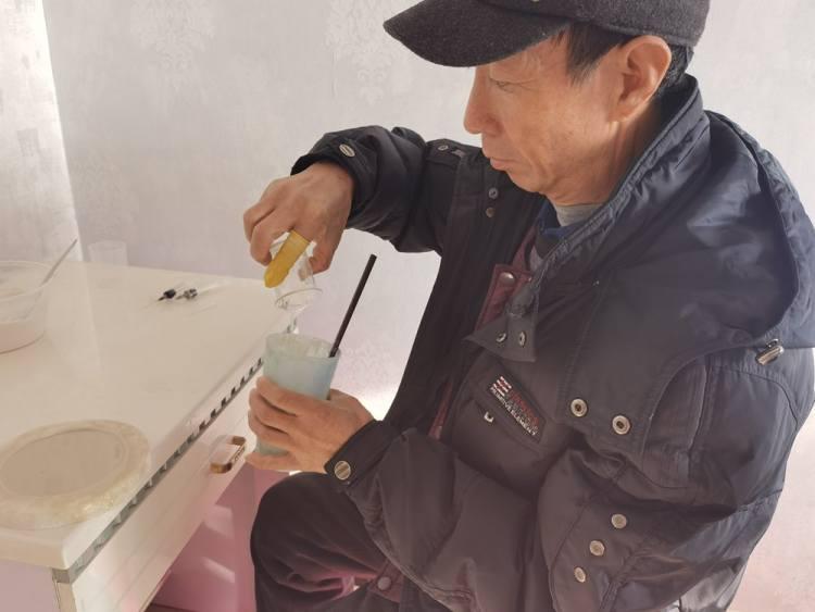 祖颜利正在调制浮雕工艺品所用的模型胶。