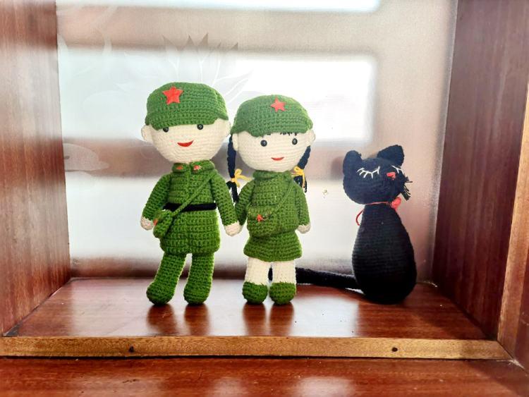 残疾人制作的手工编织玩偶。