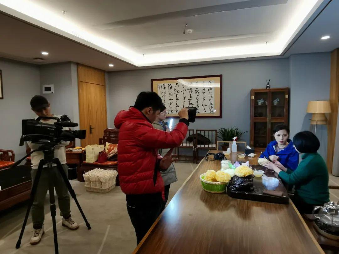"""中央电视台农业农村频道《致富经》栏目到古田县专题拍摄""""银耳姐姐""""张家巧创业故事"""