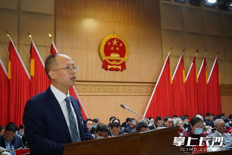 芙蓉区委副书记、区长周春晖代表区人民政府作《政府工作报告》。通讯员文进摄