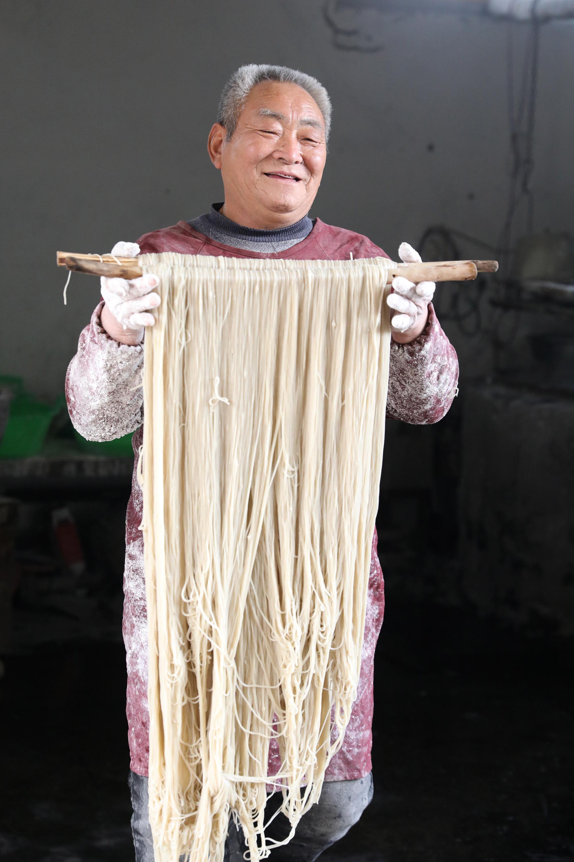 1月13日,河南省焦作市温县黄庄镇南韩村村民在加工粉条。