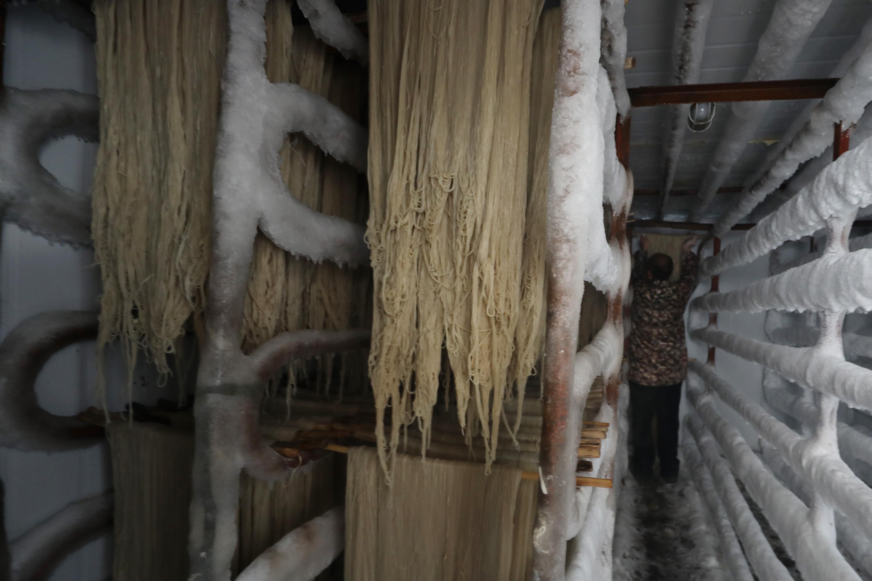 1月13日,河南省焦作市温县黄庄镇南韩村村民在冷库里冷冻粉条。