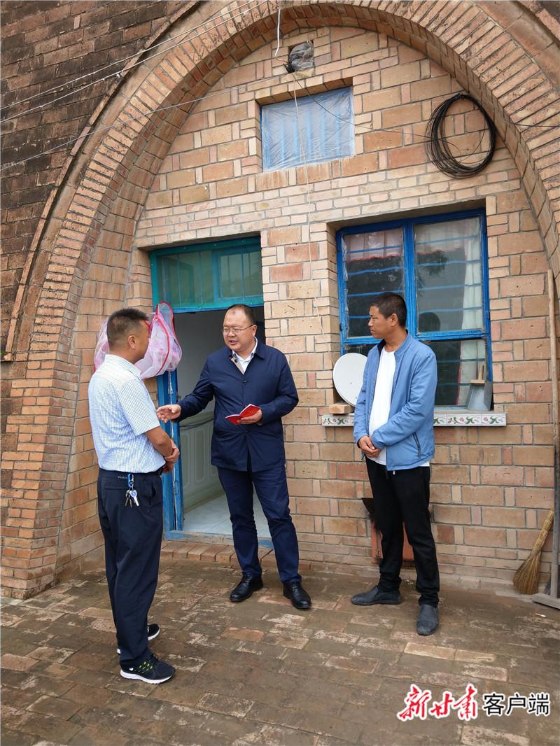 2019年8月27日,邱军(中)和乡镇干部交流。