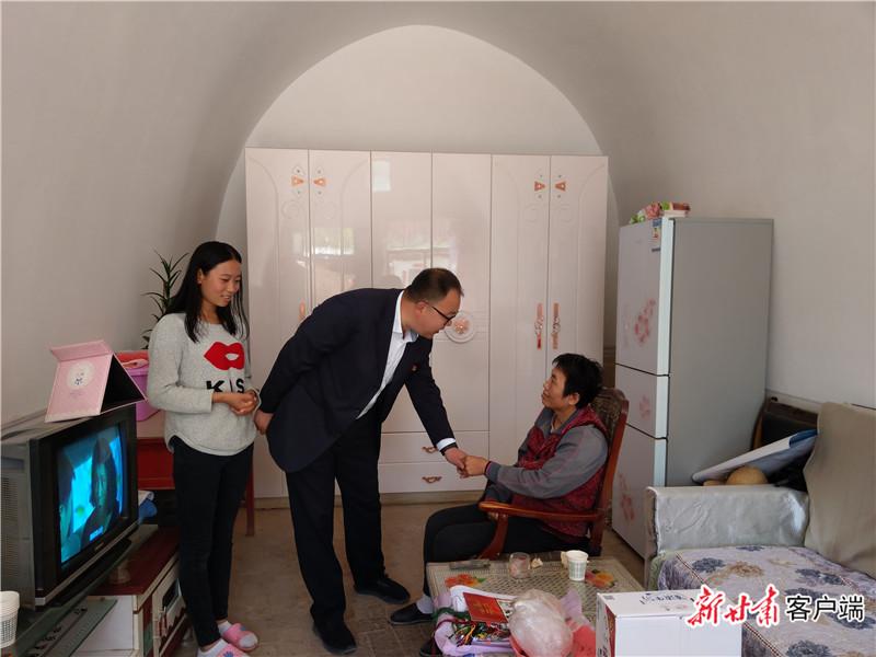 2019年5月28日,邱军(中)走访农户田月琴,鼓励她坚定信心、战胜病魔。