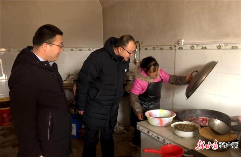 2020年1月22日,邱军同志在柔远镇贫困户家中查看查看群众生活情况。