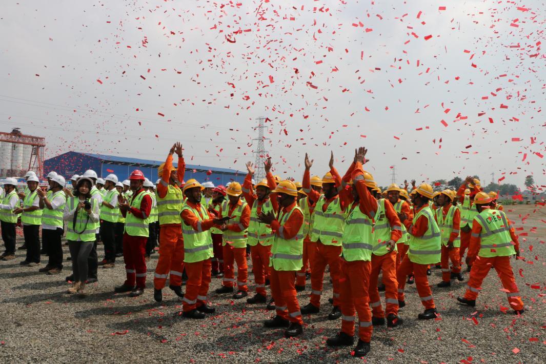 ▲雅万高铁项目建设者欢庆雅万高铁首榀箱梁架设成功