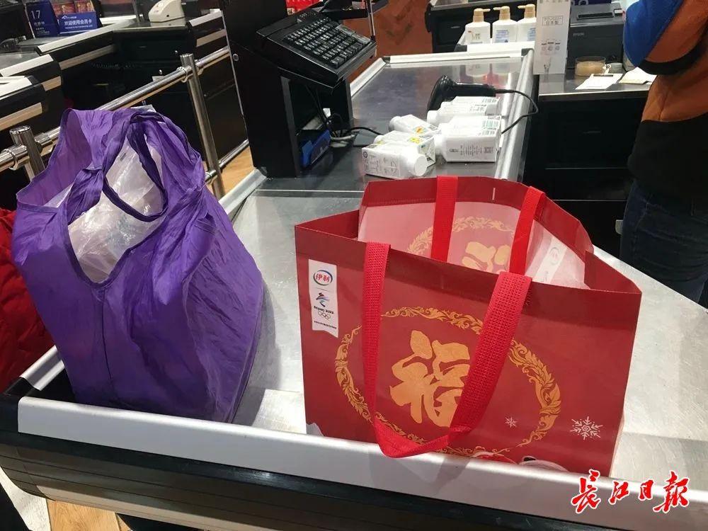 小推车、无纺布袋……在商超,过半顾客自带购物装备