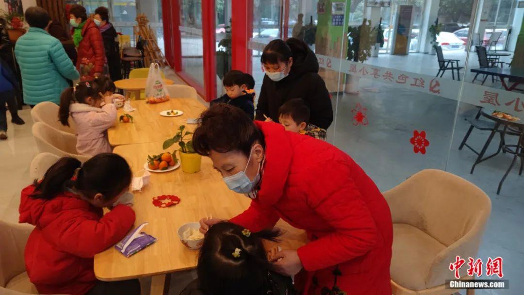 """""""共享奶奶""""带着孩子们吃饺子。陈选斌 摄"""