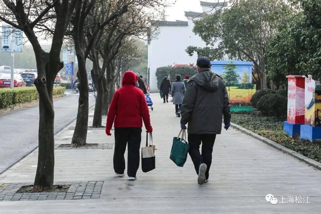 为赶早前往这个只开半天的地方,这群人养成了坐松江17路首班车出