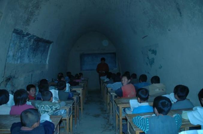 △第六届研支团成员在窑洞中的教室上课