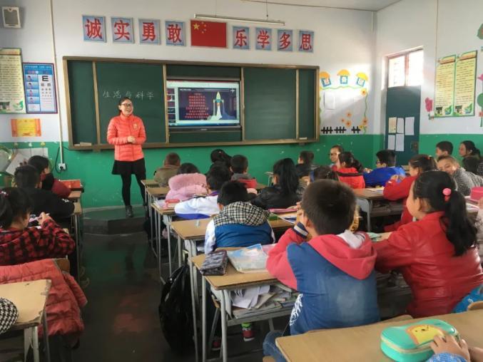 △第十七届研支团成员黄一凡在教室中用多媒体上《生活与科学》课程