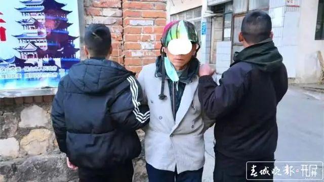 嫌犯(中)被抓获