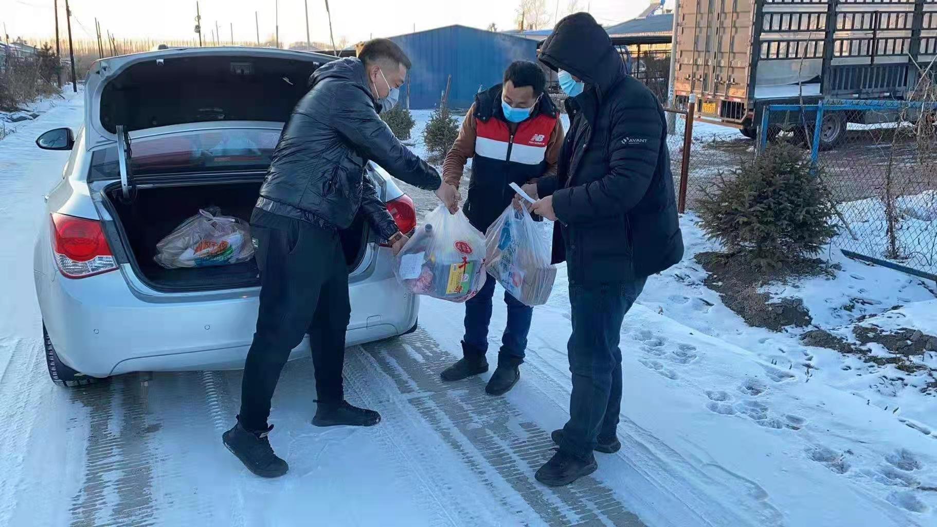 志愿者把物资送到村民家中
