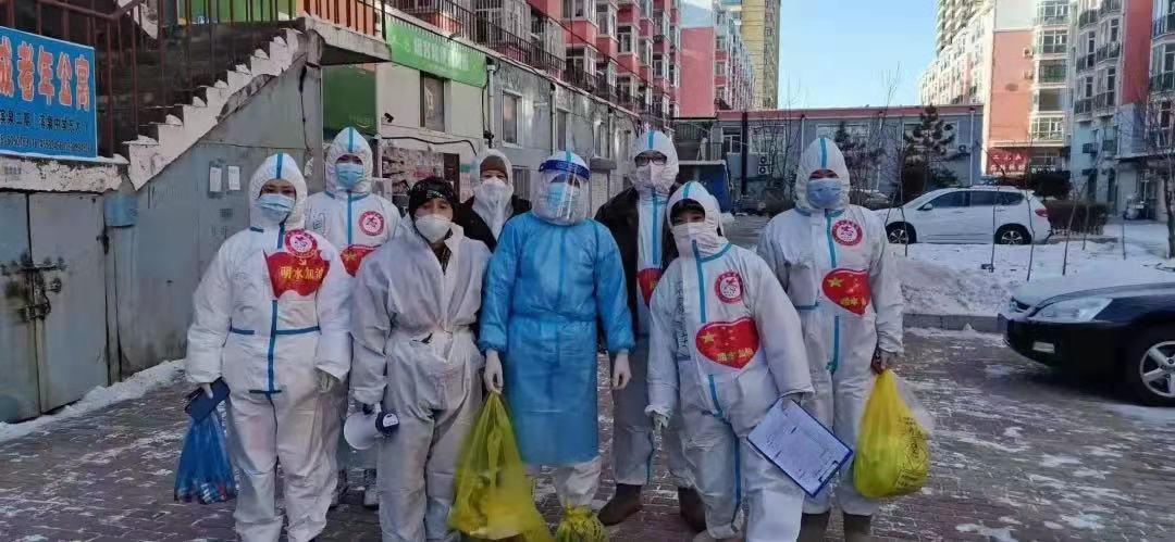 图为志愿者们正在社区配合核酸采集