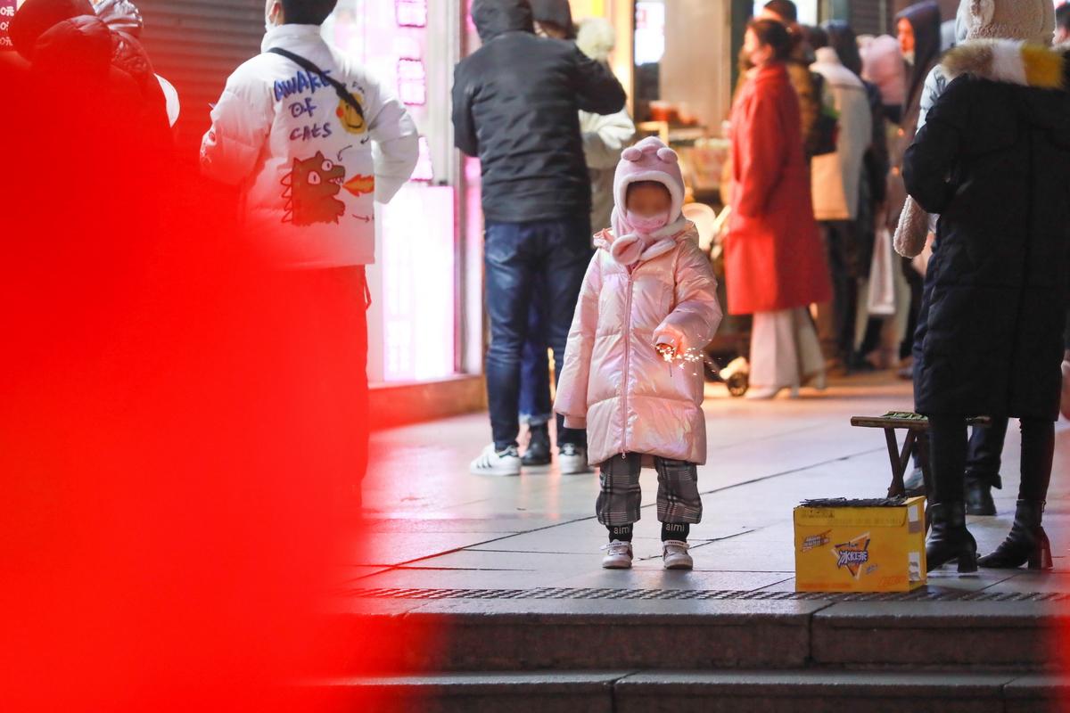 台东街头放花火玩耍的小女孩