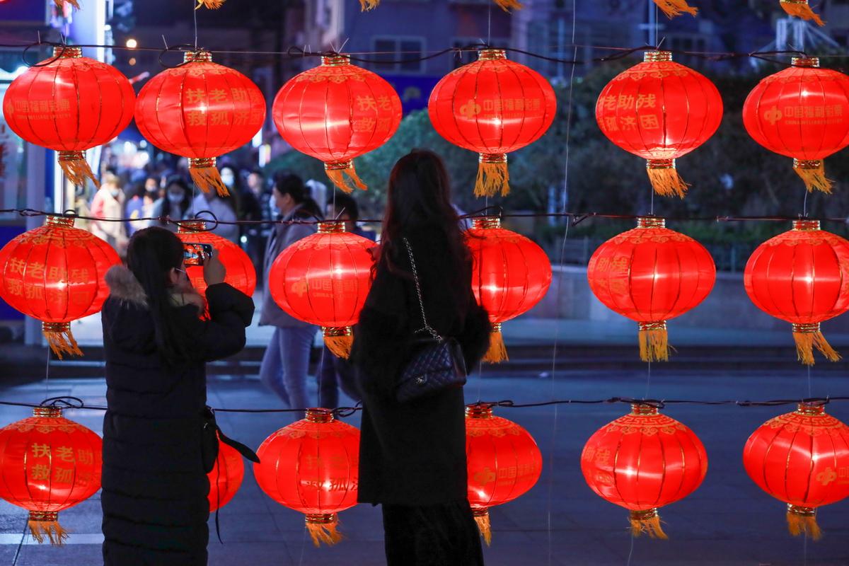 路人在台东步行街的灯笼前取景拍照