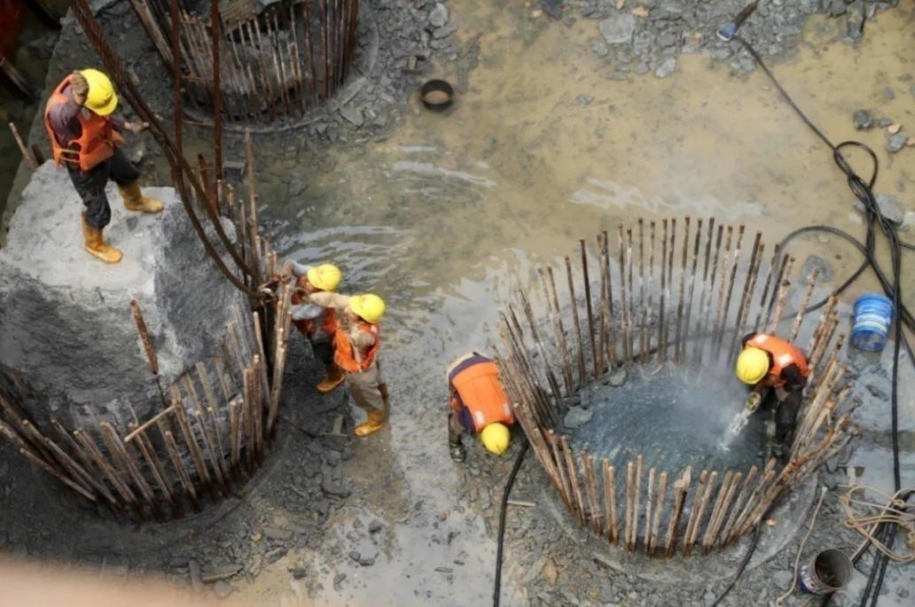 海地地质条件复杂,施工困难 图源:人民日报客户端