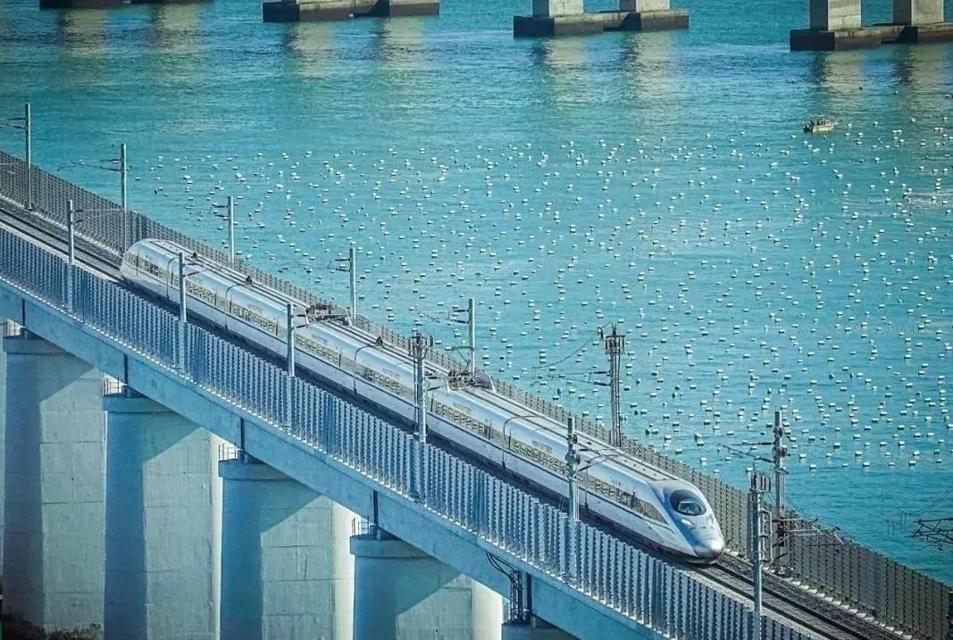 动车组列车通过平潭海峡公铁大桥 图源:人民日报客户端