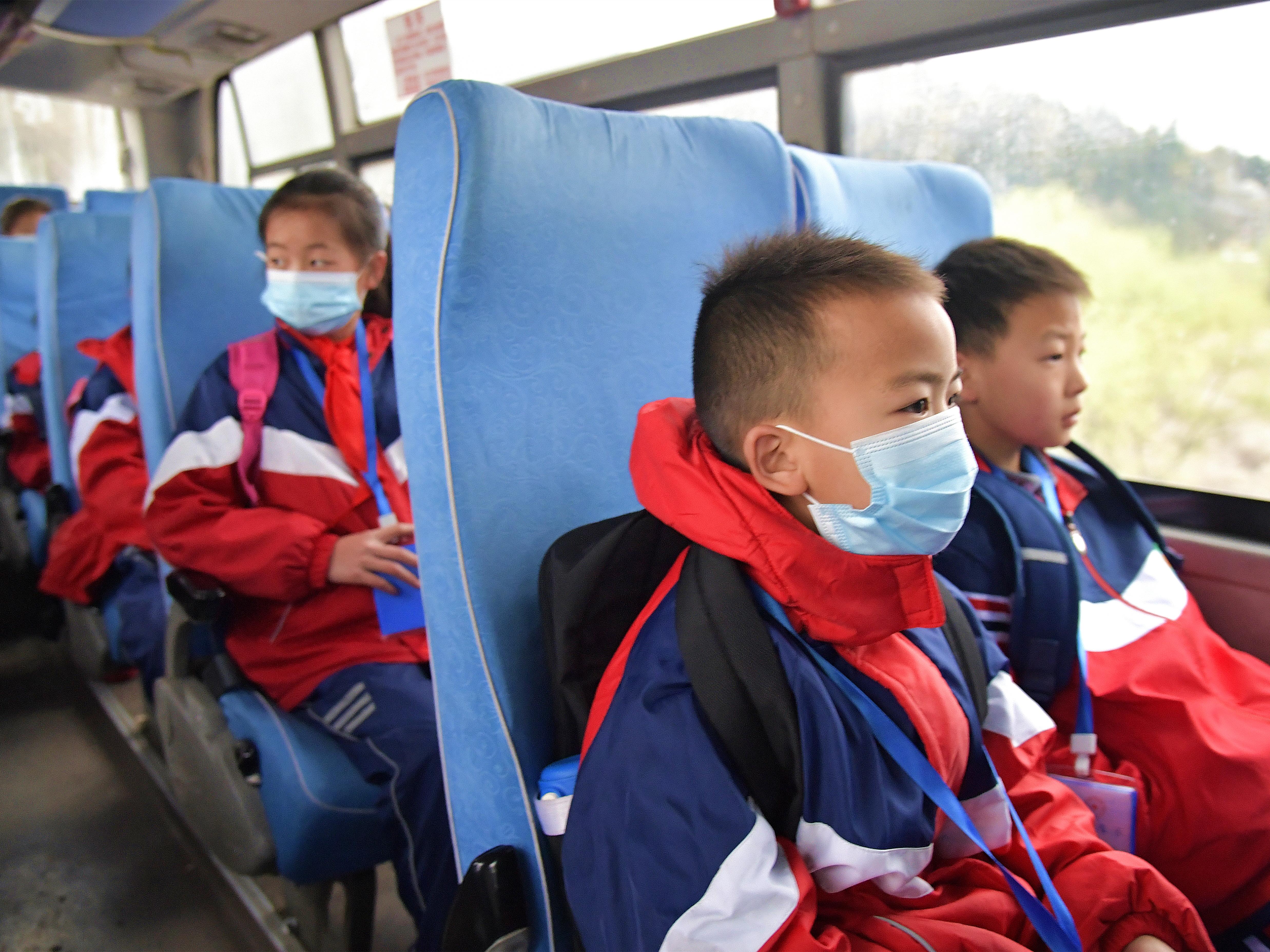 孩子们坐上从家门口到学校的专项运输车,以往一个多小时的上学路现在只需十几分钟