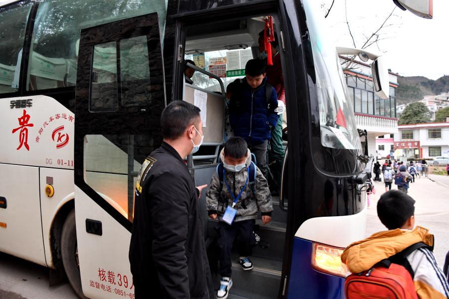 学生在停靠站有序下车