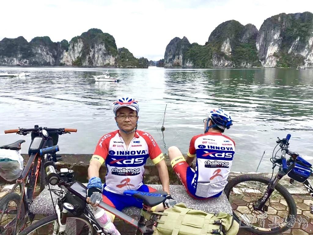"""↑张信明(左)与丰顺5名自行车爱好者自发组成""""骑行一带一路 传播中国文化""""骑行队伍,前往越南、老挝、泰国等地。(受访者供图)"""