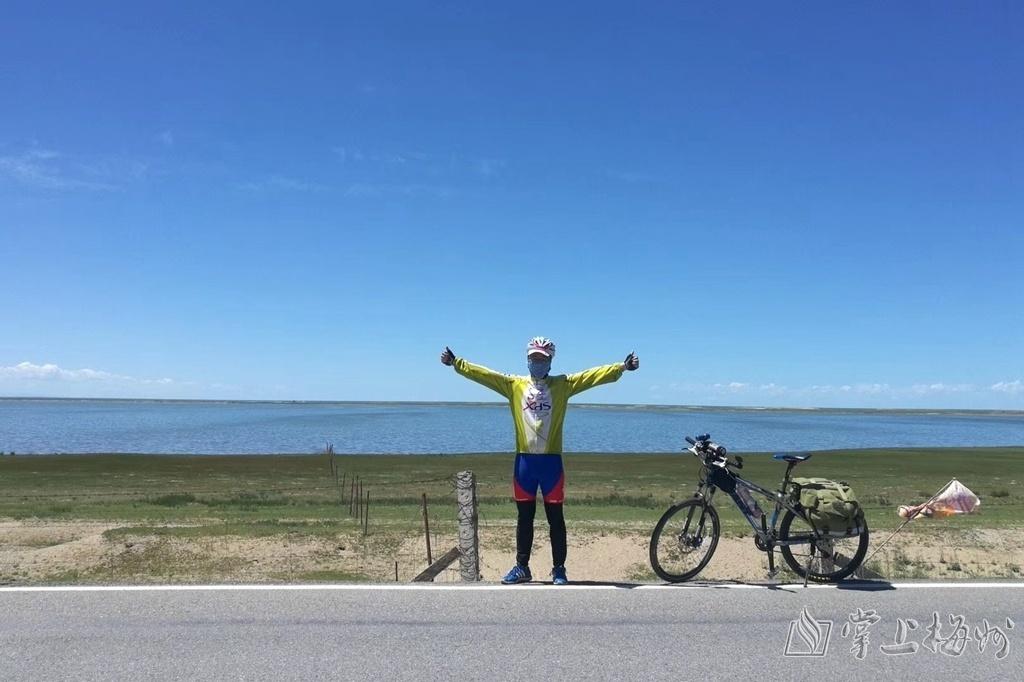 ↑张信明与青海湖来一张合照。(受访者供图)