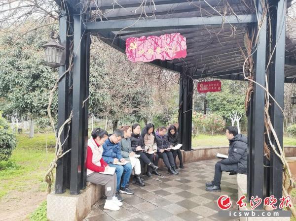 """天心阁社区""""两委""""在党员户外庭院开展学习讨论"""