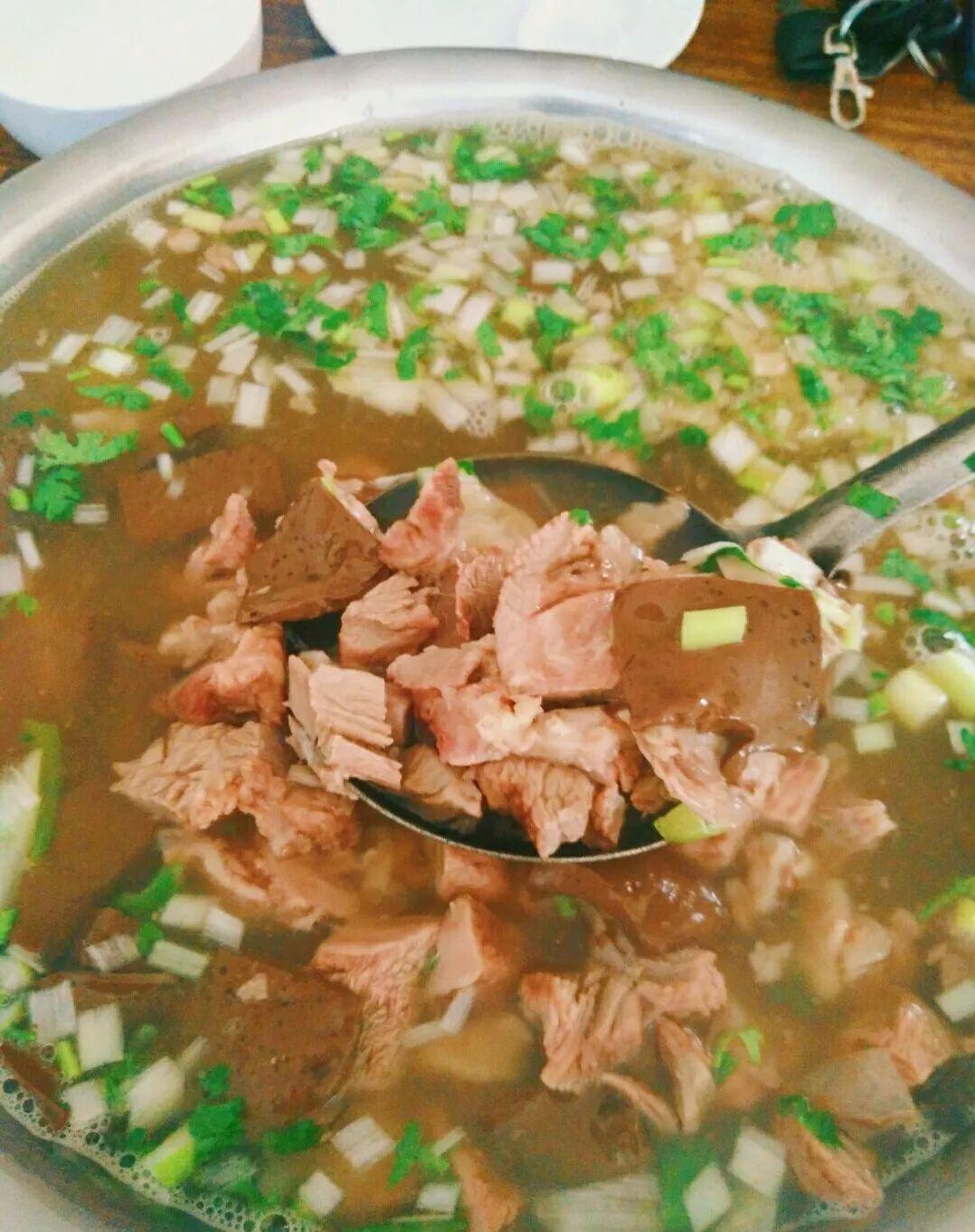 △//临朐五井全羊汤,一盆全羊汤能容纳羊身上大部分部位的肉,有着酸辣麻香的美味。
