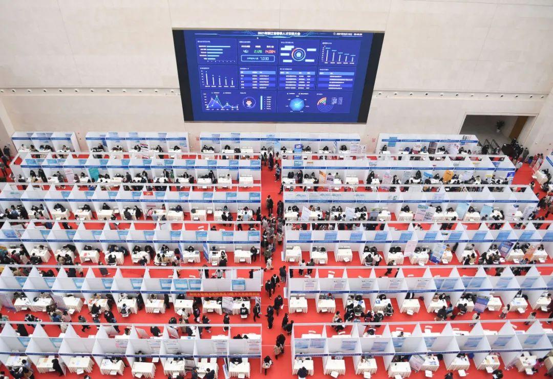 △2021年3月16日,浙江省春季人才交流大会举行,1.21万人次入场应聘。