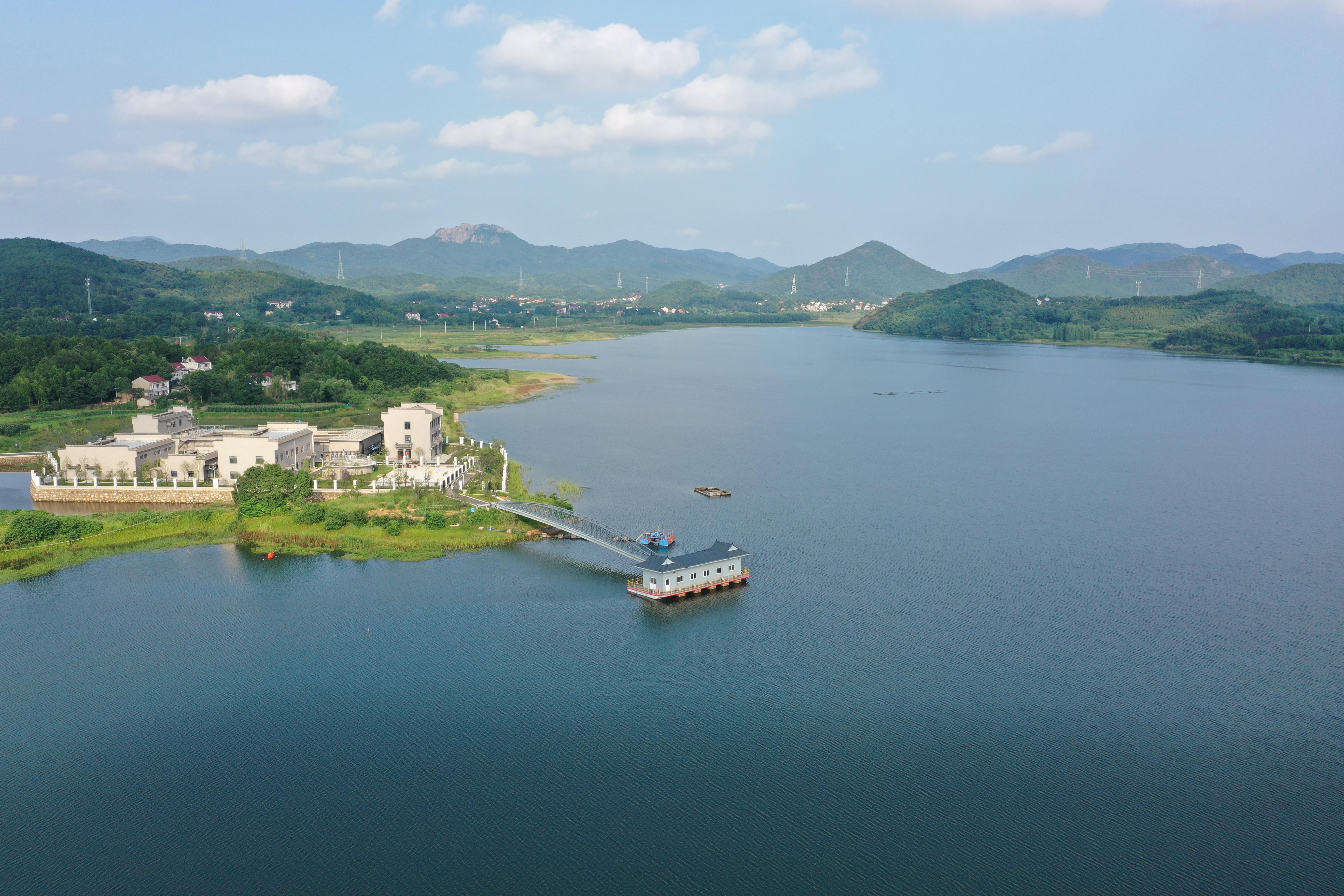 供水一体化,黄山寨下的青山湖 (中共庐江县委宣传部供图)