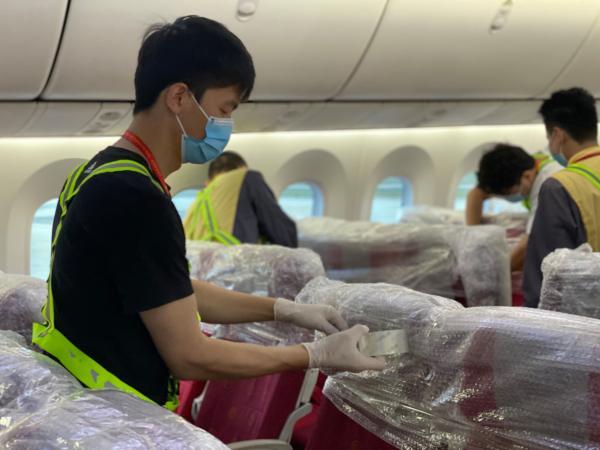 给客舱座椅套上气泡膜 加强货物和座椅的保护