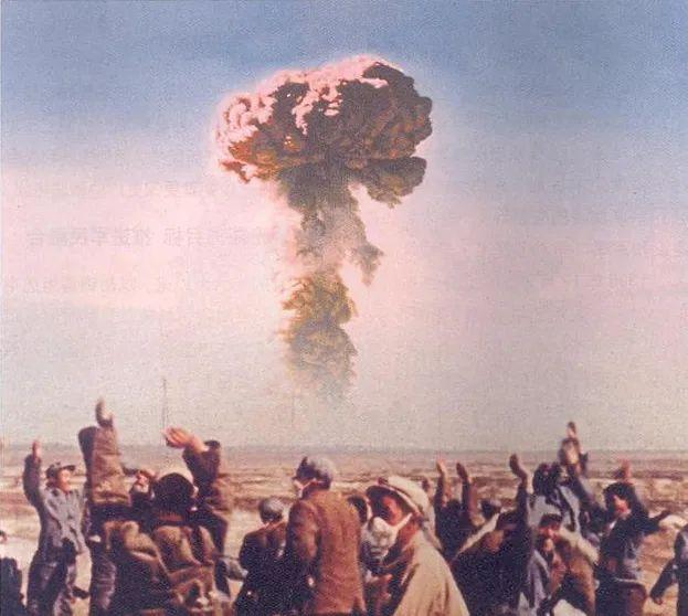 1964年10月16日,我国第一颗原子弹爆炸成功。