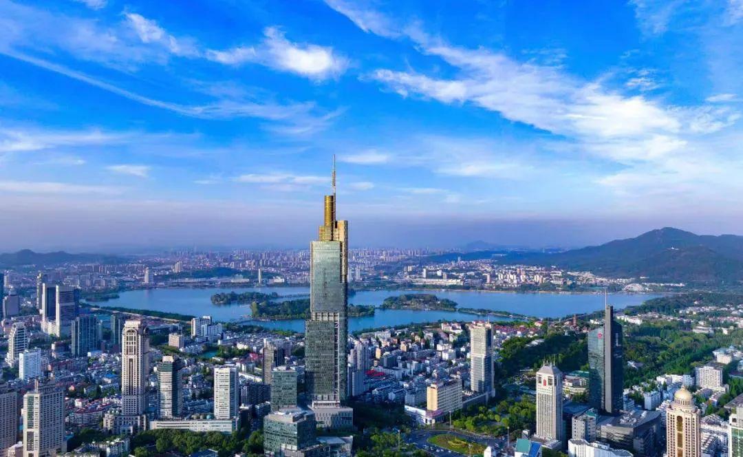 蓝天白云下的南京。南报融媒体记者冯芃摄