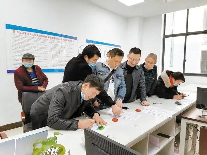 ▲民工签字领取劳动报酬