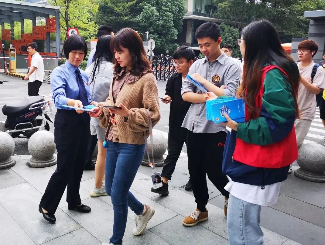 """杭州市余杭区检察院联合区公安分局、淘宝公司到社区等地对防""""两卡""""诈骗等进行普法宣传。"""