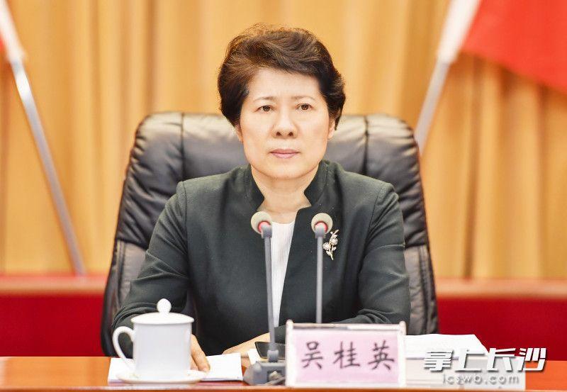 会上,省委常委、市委书记吴桂英讲话。