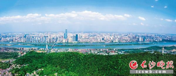 从岳麓山顶俯瞰星城,不断生长的城市满眼绿意、格外清新,一幅宜居宜业的美好画卷徐徐展开。