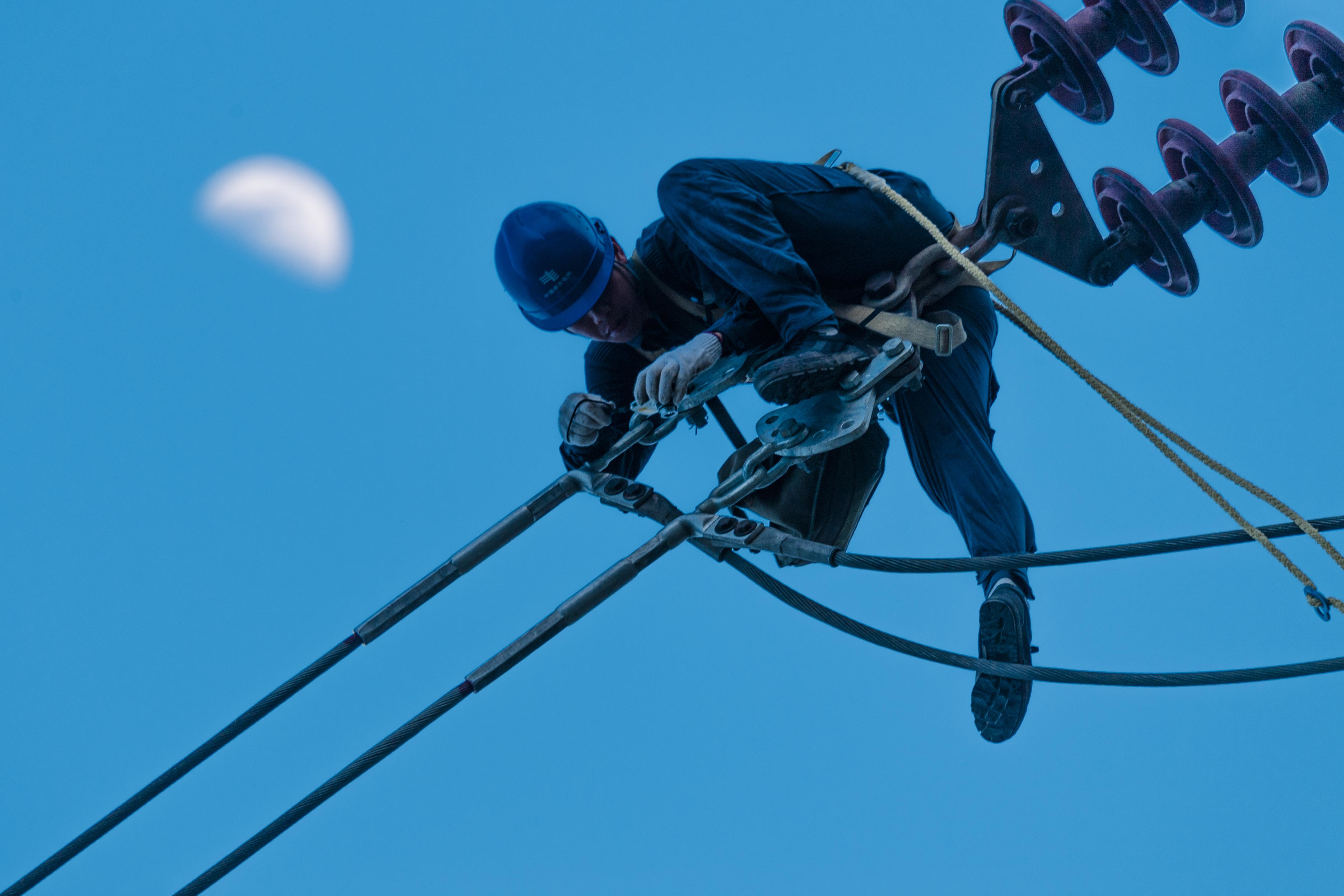 图为南方电网广东珠海供电局输电线路人员在高空抢修一处220千伏线路故障,通过转供电的形式,停电抢修不会对用户的正常用电造成影响。朱甸 摄