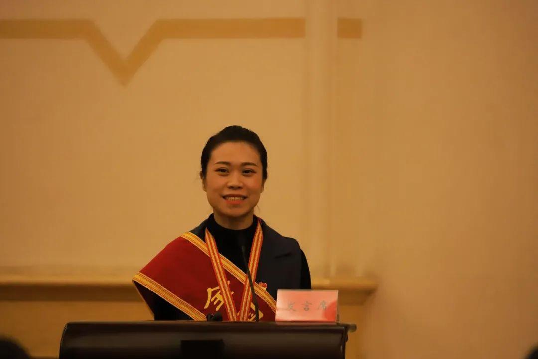 ▲延安市城市管理执法支队二级主任科员张文妮在会上发言