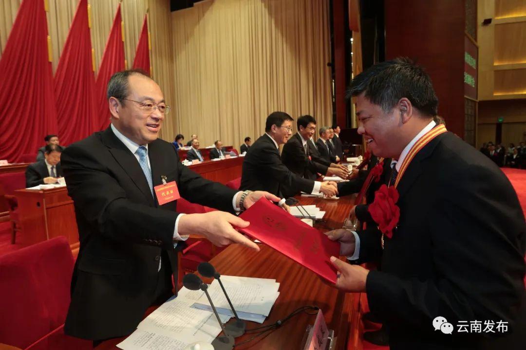 今天,蒙自这些个人和陕西职业技术学院集体在海埂会堂接受表彰