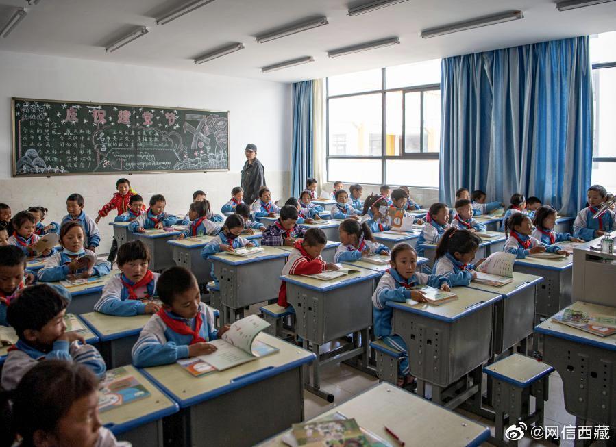 西藏的青少年正在上课