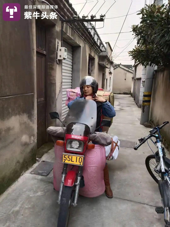 骑摩托车去进货的陈慧