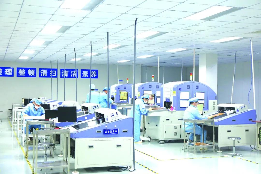 综保区内一先进制造业企业正开足马力生产。纪哲 摄